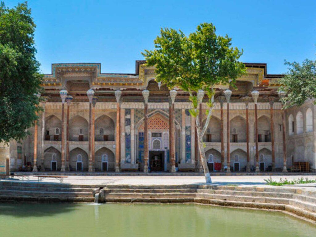 The Bolo-Khauz mosque